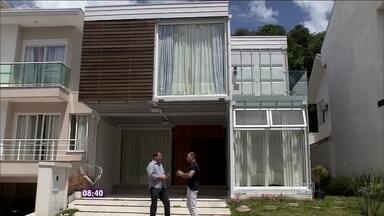 Repórter Fabricio Battaglini apresenta uma casa container em Curitiba - Projeto é mais barato e sustentável