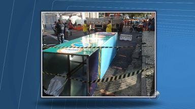 Pórtico da decoração do carnaval desaba e fere dois adolescentes no centro de Salvador - As vítimas foram atendidas no posto de saúde da Piedade e liberados.