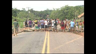 Após atropelamento de criança, moradores interditam rodovia Everaldo Martins - Eles pedem construção de lombada. Muitos acidentes já foram registrados.