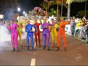 Escolas e blocos agitam a noite de carnaval em Votorantim - Em Votorantim (SP), a noite foi de desfile de blocos e escolas de samba. Várias famílias aproveitaram para curtir o carnaval.