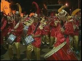 Carnaval na região de Botucatu teve axé e blocos - Em aparecida de São Manuel, o axé foi o principal ritmo da noite e contagiou os foliões. Já em Pardinho, cada bloco animava com uma música diferente, mas o que chamou a atenção foi um trator parado no meio da festa.