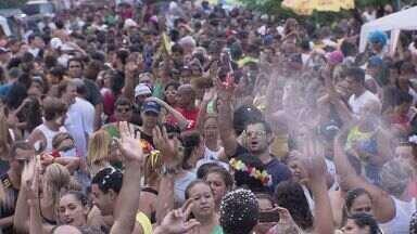 Banda do Chupa promove campanha e agita foliões em Santos, SP - A banda do Chupa é um dos blocos mais antigos da cidade, e levou bom humor a centenas de foliões. Ela também promoveu uma campanha para arrecadar alimentos para uma instituição santista. A programação do Carnabanda 2014 termina nesta terça-feira (4).