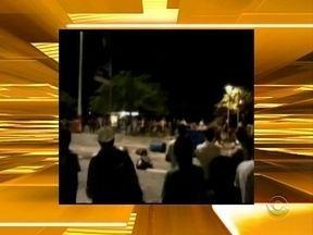 Grupo de baderneiros arremessa garrafas de bebidas em policiais e guardas, após show - Grupo de baderneiros arremessa garrafas de bebidas em policiais e guardas, após show