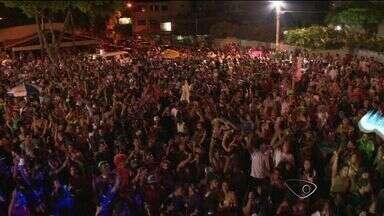 Blocos de rua animam foliões na Barra do Jucu, em Vila Velha, ES - Galpão do bloco fica no final da praia e mais de 100 homens trabalham para dar tudo certo.