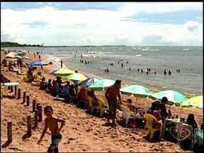 Praia da Barra do Sahy em Aracruz, ES, fica lotada nos últimos dias de carnaval - Muita gente foi para a praia logo cedo.