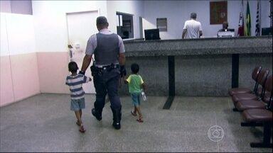 Falta estrutura no Conselho Tutelar de São Paulo - Neste feriado, duas crianças ficaram cinco horas numa delegacia até que a polícia conseguisse encontrar um conselheiro tutelar. Nem os telefones funcionavam adequadamente.