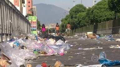 Lixo se acumula pelas ruas do Rio de Janeiro - A Comlurb não sabe informar quantos funcionários cruzaram os braços, mas o porta-voz do movimento afirma que a adesão dos garis é de 70%. A paralisação foi considerada ilegal pela Justiça do Trabalho e não é reconhecida pelo sindicato da categoria.
