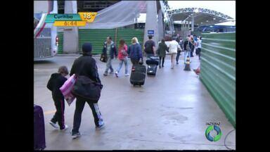 Movimento de Carnaval na rodoviária de Curitiba exigeu atenção redobrada de passageiros - Por causa da reforma, os usuários da rodoviária muitas vezes precisam da orientação de funcionários.