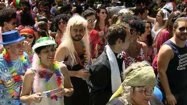 Foliões belo-horizontinos aproveitam último dia de blocos na capital - Em BH, a terça-feira de carnaval levou foliões animados e dispostos a entrar no clima da festa. Muita gente se fantasiou para participar dos blocos de rua.