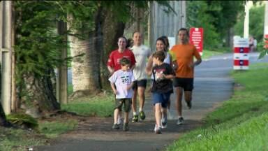 """Quadro """"Vem Correr no PRTV"""" mostra história de uma família unida na corrida - Conheça a história de uma família que resolveu correr em equipe. E eles se tentem mais unidos com esta iniciativa."""