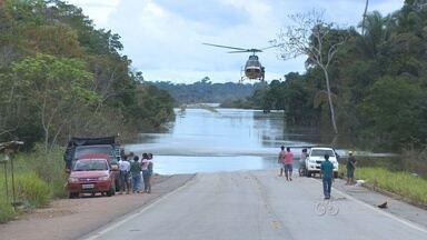Veja como está a situação da BR-364, em RO, alagada pela cheia - No distrito de Jacy-Paraná, a passagem de veículos continua sendo monitorada pela Polícia Rodoviária Federal.