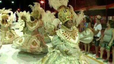 Bloco da Vida empolga foliões de todas as idades em Volta Redonda, RJ - Força da mulher foi o tema do desfile deste ano; milhares de pessoas prestigiaram os ritmistas, na Ilha São João.