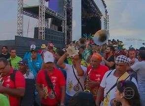 Arrastão do Frevo encerra carnaval do Recife, no Marco Zero - Orquestra comandada pelo maestro Spok saiu do palco e circulou no bairro. Homem da Meia-Noite participou da festa no Centro do Recife.