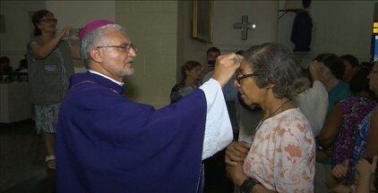 Igrejas de Campina Grande e João Pessoa celebraram missa na quarta-feira de cinzas - Missa marca início da Quaresma.