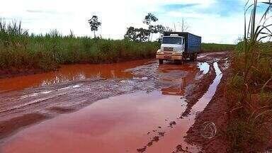 Motoristas reclamam de atoleiros em rodovia de Tangará da Serra (MT) - Motoristas reclamam de atoleiros em rodovia de Tangará da Serra.