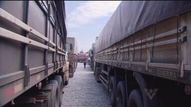 Trânsito fica lento por causa da safra de grãos - Avenida Perimetral teve 2 km de congestionamento
