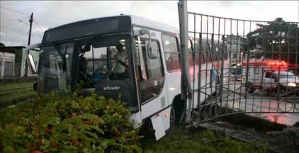 Motorista perde controle do ônibus e bate no murro da Estação Ferroviária em João Pessoa - O acidente foi por volta das 5h30.