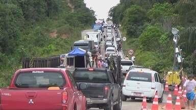 Veículo danifica ponte e BR-174 volta a ser parcialmente interditada, no AM - Passagem de caminhões voltou a ser interrompida na manhã desta quinta.Carros de passeio foram direcionados a desvio feito pela prefeitura.