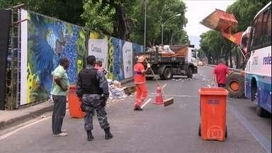 Ruas e pontos turísticos do Rio voltam a ficar mais limpos - Grande parte dos garis já voltou às ruas sob escolta de policiais. A categoria revindica 49% de reajuste salarial com a prefeitura carioca.