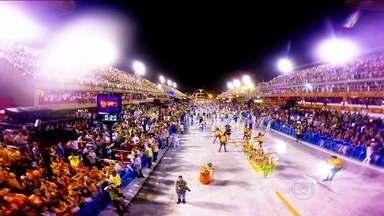 Câmeras registram imagens impressionantes dos desfiles das escolas do Rio - Câmara usada por soldadinho de chumbo da União da Ilha foi perdida após o desfile. Australiano teve que regravar durante Desfile das Campeãs.