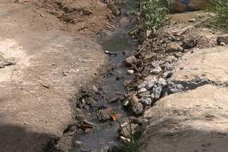 Sem rede de esgoto, moradores de Cajazeiras XI improvisam sistema de fossa - Bahia Meio Dia recebeu denúncia de uma moradora