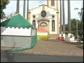 Suspeito por homicídio no carnaval de Uchoa é preso - O suspeito de ter matado um jovem de 18 anos no carnaval de Uchoa foi encontrado pela polícia nesta quinta-feira (13). Ele tem passagem por homicídio. A polícia procura por outro suspeito pelo crime.