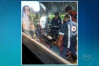 Passageira cai de ônibus ao motorista abrir porta fora de ponto, em Goiânia - Segundo outra passageira, o ônibus estava lotado e, mesmo antes de parar em um ponto, o motorista abriu a porta e uma mulher caiu do veículo.