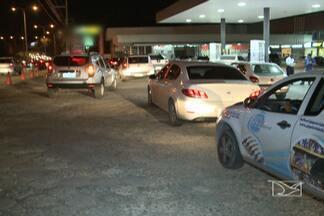 Motoristas usam áreas privadas para escapar de engarrafamentos - Os grandes congestionamentos que se formam nas avenidas de São Luís forçam os motoristas a procurar desvios para se livrarem dos engarrafamentos.