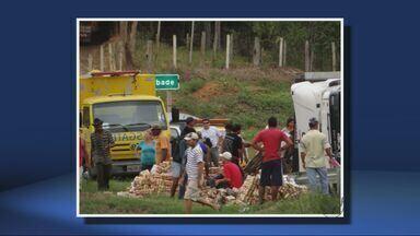 Caminhão tomba na Fernão Dias e carga de cerveja é saqueada em MG - Caminhão tomba na Fernão Dias e carga de cerveja é saqueada em MG