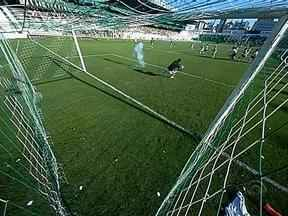 Grêmio é punido pelo TJD e perde mando de campo e tem que pagar multa de R$ 100 - Motivo foram os rojões arremessados pela torcida gremista em direção ao gramado do estádio Alfredo Jaconi no jogo contra o Juventude em fevereiro.