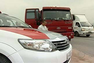 Polícia encontra caminhão roubado na Via Dutra no trecho de Arujá - A polícia abordou o caminhão após uma denúncia da empresa de monitoramento, que não conseguiu contato com o motorista.