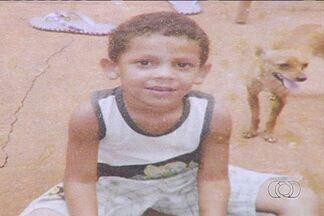 Polícia continua investigando desaparecimento de menino de 4 anos em Indiara, Goiás - Delegado aguarda laudo pericial que vai dizer se existe marcas de sangue na casa e no carro da família.