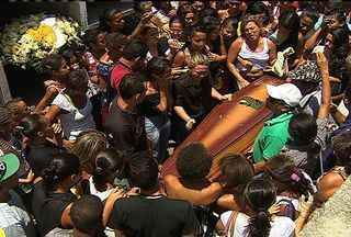 Adolescente morto por PM é enterrado em cemitério da capital - Adolescente morto por PM é enterrado em cemitério da capital