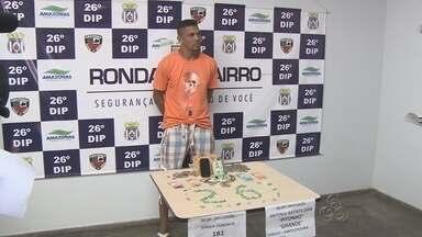 Cabeleireiro suspeito de vender droga para estudantes é preso, em Manaus - De acordo com a polícia, ponto de venda era um falso salão de beleza. Ele alegou que era usuário. 'A gente só conversava, eu não vendia', disse.