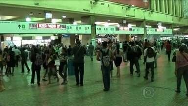 Trem descarrila próximo à estação Central do Brasil - A composição seguia para Gramacho, e teve a viagem interrompida. Os agentes da Supervia orientaram os passageiros a descer nos trilhos e caminhar de volta à Central.