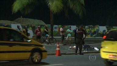 Homem morre atropelado em Copacabana - O acidente aconteceu na esquina da Avenida Atlântica com a Rua Duvivier. Segundo a PM, o homem de 70 anos morreu na hora. O motorista que atropelou o senhor fugiu sem prestar socorro.