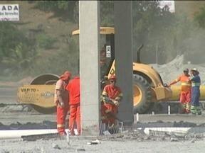 Obras na BR-101 são suspensas após mortes de trabalhadores no ES - Ministério do Trabalho alegou que caminhões não oferecem segurança.Concessionária Eco-101 informou que está analisando os termos.