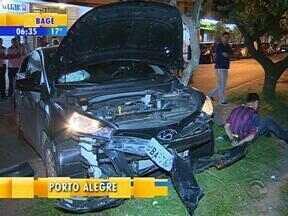 Quadrilha com carro roubado foge de blitz e sofre acidente em Porto Alegre - Motorista perdeu o controle da direção e bateu em cinco carros estacionados.