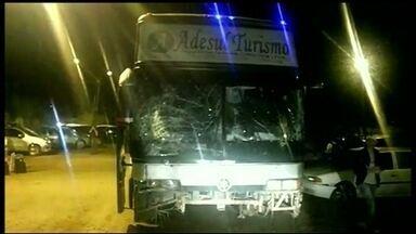 Dois ônibus são assaltados em Goiás - Na BR-040, a cinco quilômetros de Luziânia, três bandidos tiraram no coletivo até ele parar. O motorista foi atingido e o estado dele é grave. Perto de Catalão, um criminoso disparou dentro do ônibus interestadual.