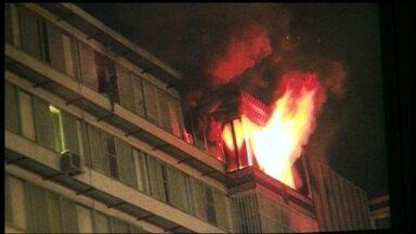 Apartamento pega fogo na Asa Norte - Moradores tentaram ajudar a apagar o fogo, mas mangueiras e extintores falharam. Os bombeiros também tiveram dificuldade para chegar ao local.