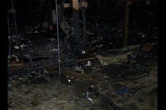 Incêndio destrói casas de madeira no bairro da Sacramenta, em Belém - Duas residências foram completamente destruídas.