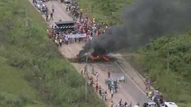 Trabalhadores fecham a PE-60, em Barreiros, em protesto por indenização - Demissões aconteceram em dezembro do ano passado e dinheiro ainda não foi pago.