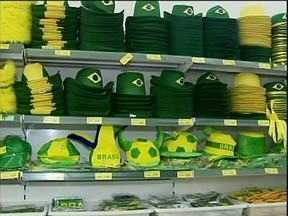 Começa a venda de produtos para a Copa do Mundo - Lojas e vitrines estão cobertas de verde e amarelo.
