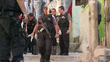 Policiais e peritos investigam local onde PM morreu na Vila Cruzeiro - Os PMs que estavam com o tenente que foi assassinado participaram da perícia. Eles contaram com detalhes o que aconteceu para oficiais da Delegacia de Homicídios.