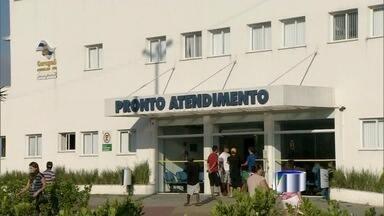 Moradores ainda reclamam da falta de médicos nas UBSs de Caraguá - Gestora assumiu postos há 5 dias e não preencheu vagas necessárias. Prefeitura diz que falha de atendimento poderá gerar multa à administradora.