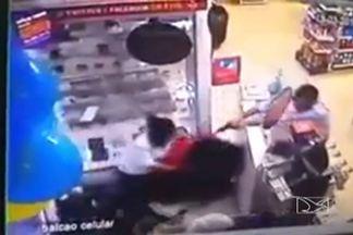 Duas pessoas ficam feridas após tentativa de assalto a uma farmácia em São Luís - Um vigilante foi atingido por dois tiros e uma atendente por outros, mas não correm risco de morte. Um dos criminosos foi preso.
