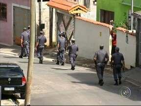 Ocupação policial continua no Jardim São Camilo em Jundiaí - Continua a ocupação policial chamada de 'Operação Diamante' no Jardim São Camilo, em Jundiaí (SP). Até agora foram apreendidos mais de 50 quilos de drogas.