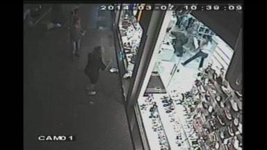 Mulher usa manequim para bater em bandido - As imagens são da tentativa de assalto a uma loja em Maringá.