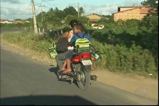 Mulher trafega em moto com três crianças - Situação foi flagrada por uma equipe da TV Subaé, na BA-120.