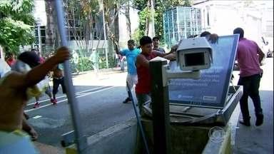 Protesto na Ceagesp termina em vandalismo - Polícia de São Paulo vai investigar causa do quebra-quebra na maior central de abastecimento do país. Protesto de caminhoneiros contra cobrança de estacionamento durou mais de três horas. A Ceagesp não abrirá as portas neste fim de semana.